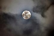 Nederland, Ubbergen, 31-1-2018 De volle maan schijnt in de nacht door de wolken. Foto: Flip Franssen
