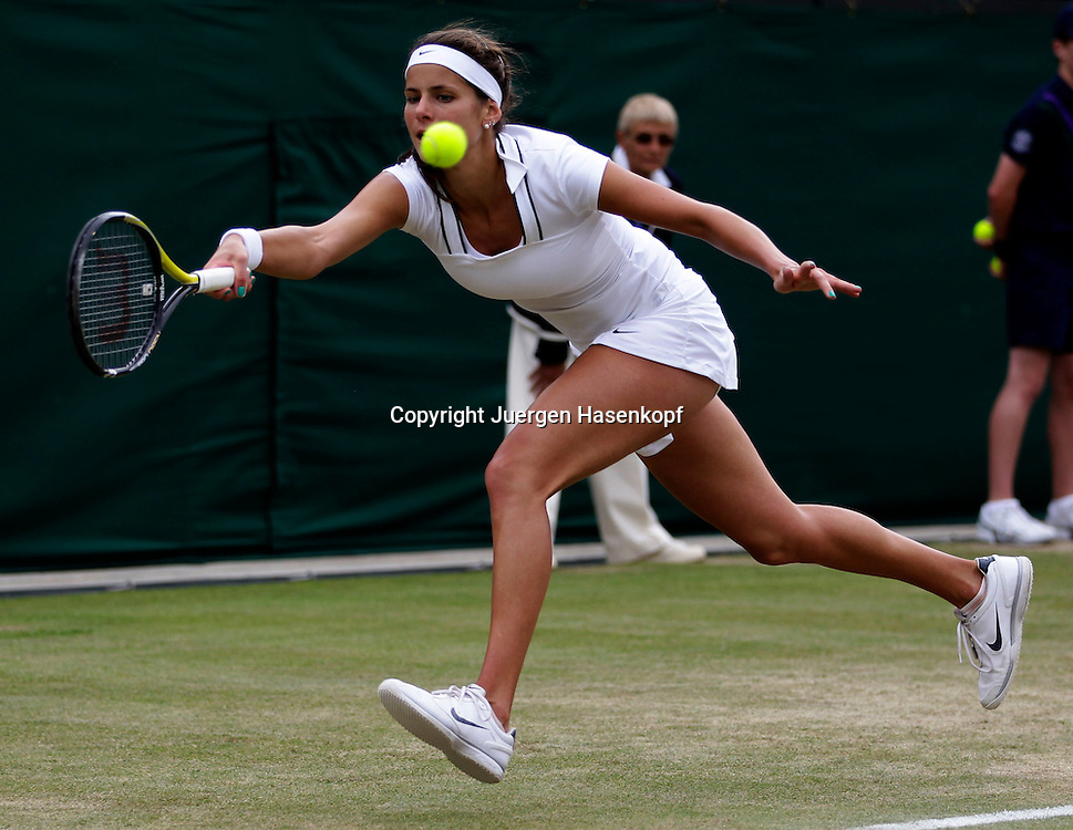 Wimbledon Championships 2011, AELTC,London,.ITF Grand Slam Tennis Tournament . Julia Goerges (GER),Einzelbild,Aktion,Ganzkoerper,Querformat
