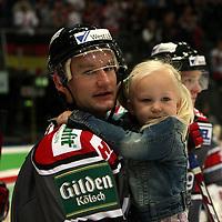 Ishockey<br /> Tyskland<br /> Foto: imago/Digitalsport<br /> NORWAY ONLY<br /> <br /> 06.09.2007 <br /> Mats Trygg (Köln) mit seiner Tochter auf dem Arm
