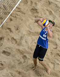 16-07-2014 NED: FIVB Grand Slam Beach Volleybal, Apeldoorn<br /> Poule fase groep A mannen - Steven van de Velde (2) NED