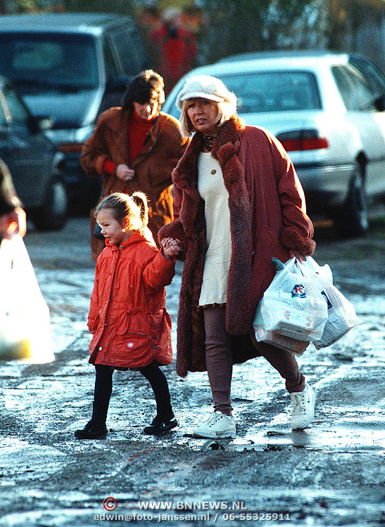 Willeke Alberti met pet en kleinkind winkelend in Laren na de Sinterklaas intocht