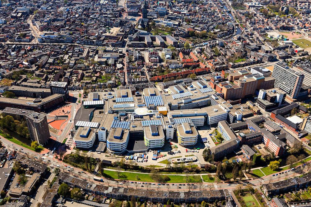 Nederland, Groningen, Groningen, 01-05-2013; Groningen-stad, centrum. <br /> Academisch Ziekenhuis UMCG aan de Oostersingel. Gezien in de richting van het centrum met de Grote markt, Martinitoren, de Stadschouwburg aan het Schuitendiep.<br /> View on the city of Groningen. University hospital UMCG.<br /> luchtfoto (toeslag op standard tarieven)<br /> aerial photo (additional fee required)<br /> copyright foto/photo Siebe Swart