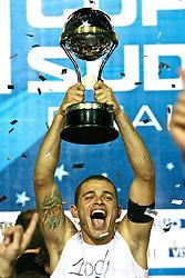 Edinho, capitão do Internacional comemora a conquista da Copa Sulamericana 2008, após partida contra o Estudiantes, no estádio Beira Rio, em Porto Alegre. FOTO: Jefferson Bernardes/Preview.com