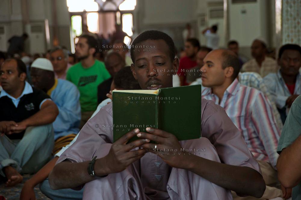 Roma 30 Agosto 2011. Eid al-Fitr preghiera per la fine del mese di  Ramadan alla grande Moschea di Roma.un fedele legge il Corano.The Eid al-Fitr prayer the end  for Ramadan.