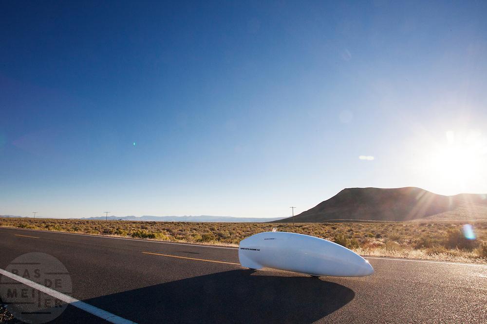 Ryohei Komori in de Super Ketta tijdens de vierde racedag. In Battle Mountain (Nevada) wordt ieder jaar de World Human Powered Speed Challenge gehouden. Tijdens deze wedstrijd wordt geprobeerd zo hard mogelijk te fietsen op pure menskracht. Het huidige record staat sinds 2015 op naam van de Canadees Todd Reichert die 139,45 km/h reed. De deelnemers bestaan zowel uit teams van universiteiten als uit hobbyisten. Met de gestroomlijnde fietsen willen ze laten zien wat mogelijk is met menskracht. De speciale ligfietsen kunnen gezien worden als de Formule 1 van het fietsen. De kennis die wordt opgedaan wordt ook gebruikt om duurzaam vervoer verder te ontwikkelen.<br /> <br /> In Battle Mountain (Nevada) each year the World Human Powered Speed Challenge is held. During this race they try to ride on pure manpower as hard as possible. Since 2015 the Canadian Todd Reichert is record holder with a speed of 136,45 km/h. The participants consist of both teams from universities and from hobbyists. With the sleek bikes they want to show what is possible with human power. The special recumbent bicycles can be seen as the Formula 1 of the bicycle. The knowledge gained is also used to develop sustainable transport.