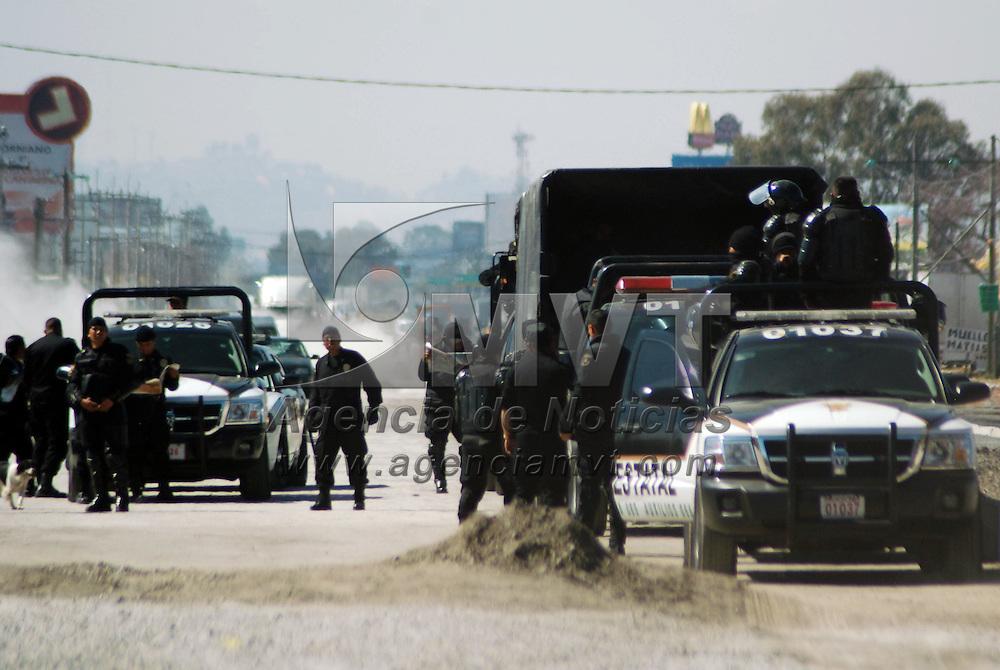 TOLUCA, México.- Habitantes de la comunidad de San Nicolás Tolentino, municipio de Toluca, bloquearon por más de dos horas la carretera federal Toluca-Naucalpan, así como las obras de ampliación y modernización que ahí se llevan a cabo, en protesta porque la empresa que realiza los trabajos derrumbó un puente peatonal provisional por el que la mayoría de la comunidad atraviesa para llevar a sus hijos a las escuelas, elementos de la Agencia de Seguridad Estatal (ASE), se mantuvieron al margen durante el dialogó con autoridades estatales y municipales. Agencia MVT / José Hernández. (DIGITAL)