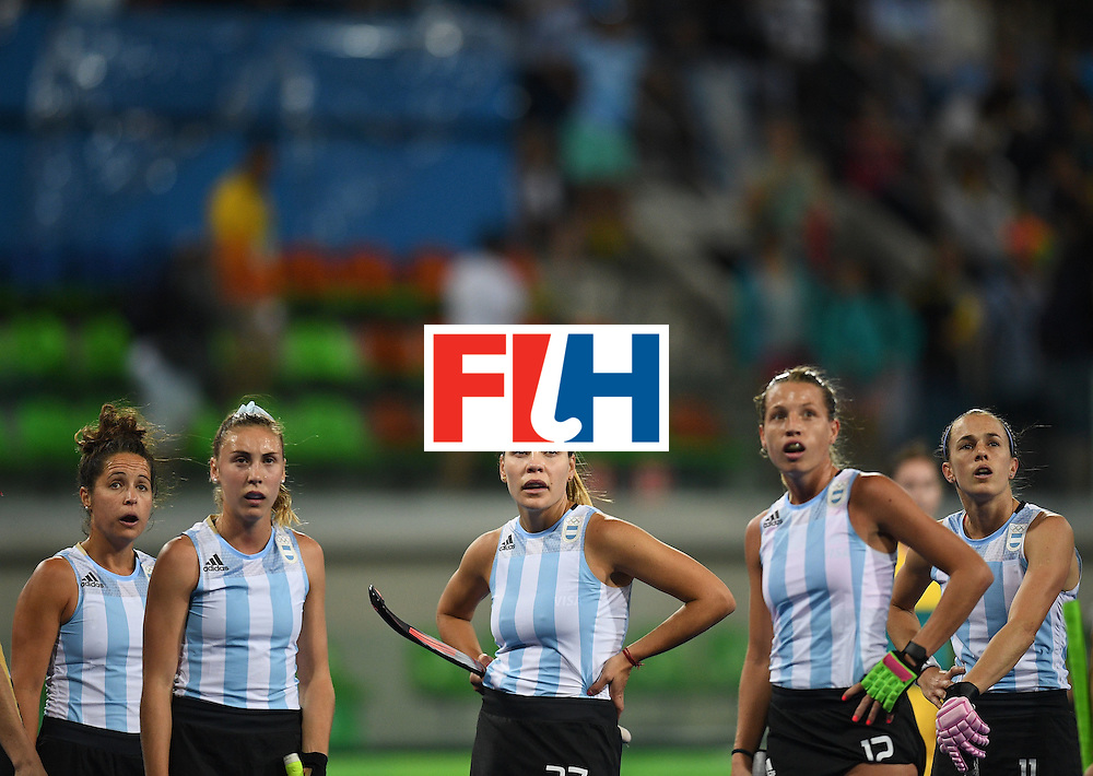 Members of the Argentina team look at the scoreboard during the women's field hockey Australia vs Argentina match of the Rio 2016 Olympics Games at the Olympic Hockey Centre in Rio de Janeiro on August, 11 2016. / AFP / MANAN VATSYAYANA        (Photo credit should read MANAN VATSYAYANA/AFP/Getty Images)