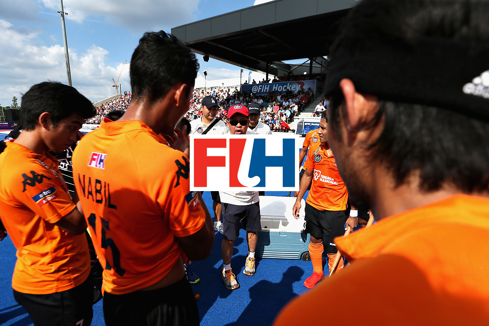LONDON, ENGLAND - JUNE 17: The Malaysia team huddle during a break during the Hero Hockey World League Semi Final match between England and Malaysia at Lee Valley Hockey and Tennis Centre on June 17, 2017 in London, England.  (Photo by Alex Morton/Getty Images)