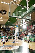 DESCRIZIONE : Avellino Lega A 2015-16 Sidigas Avellino Vanoli Cremona<br /> GIOCATORE : Deron Washington<br /> CATEGORIA : schiacciata pregame<br /> SQUADRA : Vanoli Cremona<br /> EVENTO : Campionato Lega A 2015-2016 <br /> GARA : Sidigas Avellino Vanoli Cremona<br /> DATA : 10/04/2016<br /> SPORT : Pallacanestro <br /> AUTORE : Agenzia Ciamillo-Castoria/A. De Lise <br /> Galleria : Lega Basket A 2015-2016 <br /> Fotonotizia : Avellino Lega A 2015-16 Sidigas Avellino Vanoli Cremona
