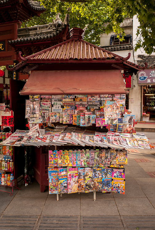 Nankin, Chine. Centre ville. Kiosque de journaux et magazines.<br /> <br /> Nanjing, China. City center. Newspapers and magazines sales booth.