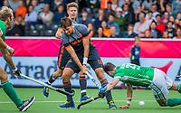 ANTWERPEN - Bjorn Kellerman (Ned) brengt de stand op 3-0  tijdens Nederland-Ierland mannen  bij het Europees kampioenschap hockey.  rechts Paul Gleghorne (Irl) . Op de achtergrond kijkt Jelle Galema (Ned)  toe. COPYRIGHT KOEN SUYK