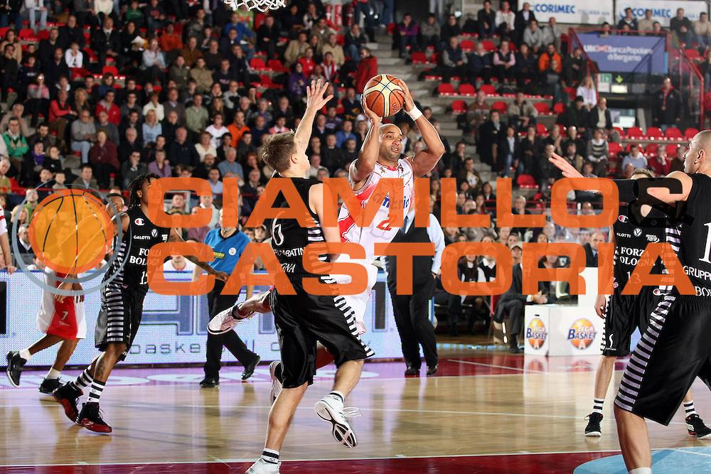 DESCRIZIONE : Varese Lega A 2009-10 Cimberio Varese Virtus Bologna<br /> GIOCATORE : Randolph Childress<br /> SQUADRA : Cimberio Varese<br /> EVENTO : Campionato Lega A 2009-2010<br /> GARA : Cimberio Varese Virtus Bologna<br /> DATA : 15/11/2009<br /> CATEGORIA : Passaggio Equilibrio<br /> SPORT : Pallacanestro<br /> AUTORE : Agenzia Ciamillo-Castoria/G.Cottini<br /> Galleria : Lega Basket A 2009-2010<br /> Fotonotizia : Varese Campionato Italiano Lega A 2009-2010 Cimberio Varese Virtus Bologna<br /> Predefinita :