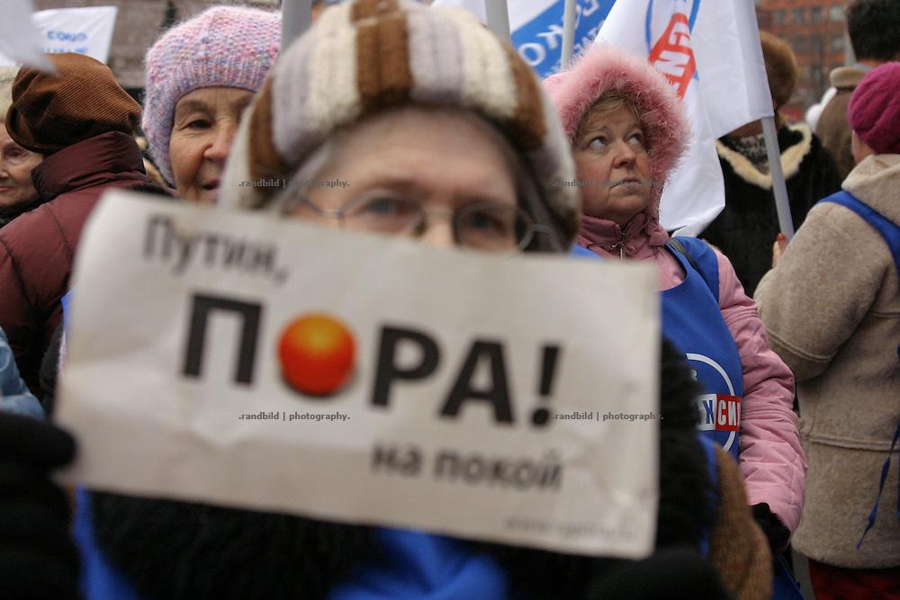 """""""Putin, es ist Zeit zu gehen"""". Eine aeltere Demonstrantin in Moskau. Nachdem rund 2000 Menschen in Moskau eine Kundgebung gegen den russischen Praesidenten Putin abhielten, durchbrachen hunderte Oppositionelle Polizeisperren, um zur Zentralen Wahlkommision vorzudringen. Kraefte der Sondereinheit OMON stoppte den Protest und verhaftete mehrere Demonstranten. Auch der ehemalige Schachweltmeister und populaere Oppositionelle Garry Kasparow wurde inhaftiert. """"Putin, it's time to leave"""". An elder demonstater in Moscow. After an opposition gathering in Moscow several thousand protesters tried to march on the Central Election Commission. After they broke police lines russian police broke up the march and detained serveral protesters, also the protest leader, former chess champion Garry Kasparov."""