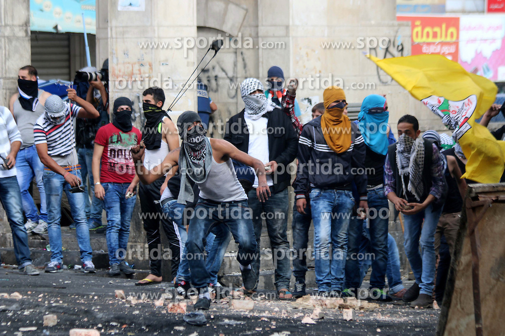 10.10.2015, Hebron, PSE, Gewalt zwischen Pal&auml;stinensern und Israelis, im Bild Zusammenst&ouml;sse zwischen Pal&auml;stinensischen Demonstranten und Israelischen Sicherheitskr&auml;fte // Palestinian protesters throw stones during clashes with Israeli troops in Hebron, West Bank, Saturday, Oct. 10, 2015. Fifteen Palestinians have been killed by Israeli forces and around 1,000 injured with live and rubber-coated steel bullets in the occupied West Bank and Gaza Strip since Oct. 1, Palestine on 2015/10/10. EXPA Pictures &copy; 2015, PhotoCredit: EXPA/ APAimages/ Muhesen Amren<br /> <br /> *****ATTENTION - for AUT, GER, SUI, ITA, POL, CRO, SRB only*****