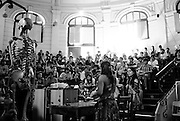 """LA DIRIGENTE ESTUDIANTIL CAMILA VALLEJO, DURANTE UNA ACTIVIDAD DE """"SALA A SALA"""" DURANTE LA CAMPAÑA POR LA PRESIDENCIA DE LA FEDERACION DE ESTUDIANTES DE LA UNIVERSIDAD DE CHILE, FECH. 25-11-2011 (©Alvaro de la Fuente/TRIPLE)"""