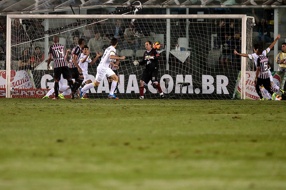 SANTOS X S&atilde;o Paulo - CAMPEONATO BRASILEIRO - 02/10/2013<br /> ESPORTE -  Gol do Santos em no jogo entre Santos e S&atilde;o Paulo, v&aacute;lido pela 25&ordf; rodada do Campeonato Brasileiro de 2013, realizado no est&aacute;dio da Vila Belmiro, na cidade de Santos. FOTO: DANIEL GUIMAR&Atilde;ES/FRAME