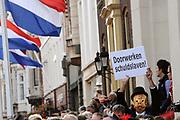 Aankomst koninklijke familie in de gouden koets bij Paleis Nooreinde voor de &quot;balkonsc&egrave;ne&quot;op Prinsjesdag 2012. /// Arrival royal family in the golden coach at palace Noordeinde on &quot;Prinsjesdag&quot;in The Hague<br /> <br /> Op de foto / On the photo: <br />  Publiek