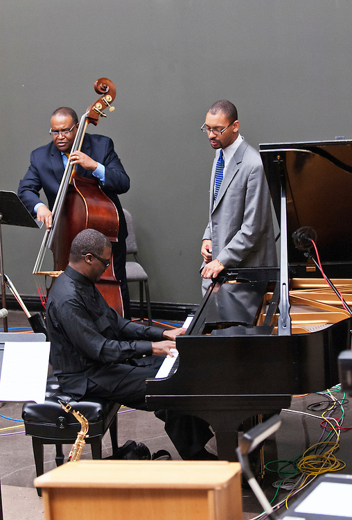 USA,Vereinigte Staaten, United States of America, Florida Tallahassee, 2014-03-18, Jazz - Jazz music: The Marcus Roberts Trio at a rehearsal. Marcus Roberts on piano Rodney Jordan on bass and Jason Marsalis standing next to the piano.