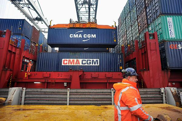 Nederland, Rotterdam, 12-12-2008Op de deltaterminal van ect worden containerschepen door grote hijskranen geladen en gelost. De mensen die hier werken heten sjorders.Foto: Flip Franssen/Hollandse Hoogte