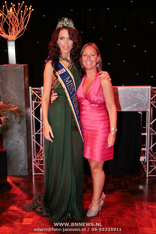 NLD/Nijkerk/20110710 - Miss Nederland verkiezing 2011, Miss Nederland Earth Jill Duijves met licentiehouder Flevoland