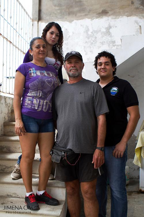 Fernando Güereña, su esposa y dos de sus hijos posan para un retrato a la entrada de su casa en Puerto Vallarta. La hija mayor de Fernando ha concluido la licenciatura en psicología, sus hijos menores aún no definen su futuro profesional.