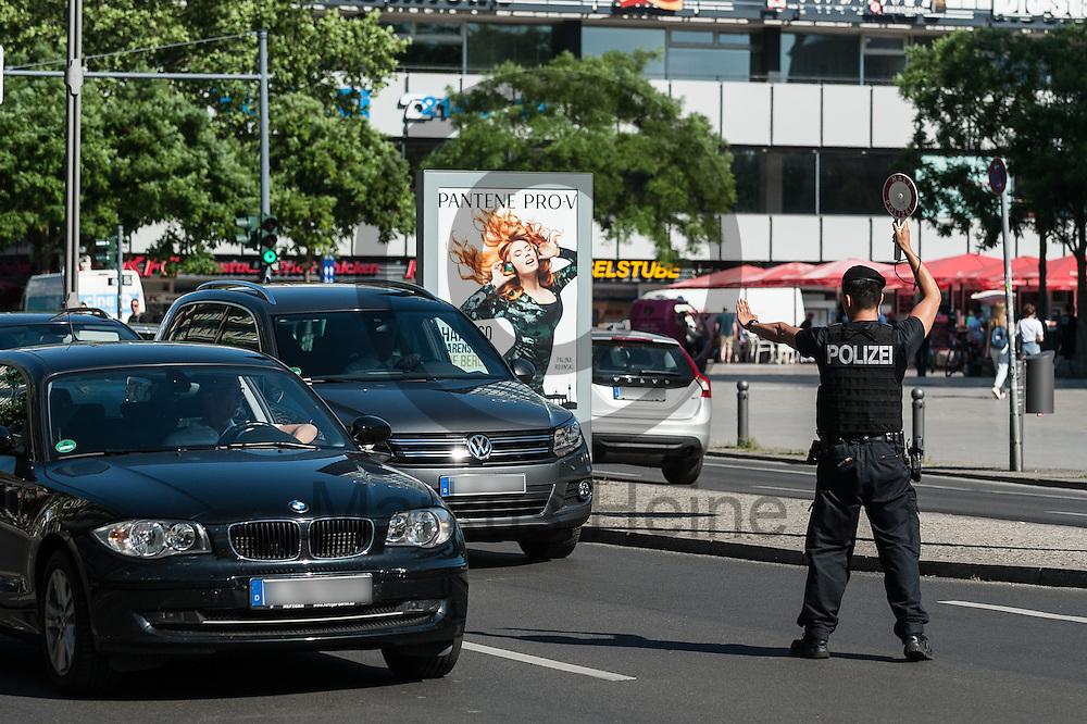 Ein Polizist winkt w&auml;hrend einer Verkehrskontrolle  am 08.06.2016 in Berlin, Deutschland ein Auto aus dem Verkehr. Foto: Markus Heine / heineimaging<br /> <br /> ------------------------------<br /> <br /> Ver&ouml;ffentlichung nur mit Fotografennennung, sowie gegen Honorar und Belegexemplar.<br /> <br /> Bankverbindung:<br /> IBAN: DE65660908000004437497<br /> BIC CODE: GENODE61BBB<br /> Badische Beamten Bank Karlsruhe<br /> <br /> USt-IdNr: DE291853306<br /> <br /> Please note:<br /> All rights reserved! Don't publish without copyright!<br /> <br /> Stand: 06.2016<br /> <br /> ------------------------------w&auml;hrend einer Verkehrskontrolle  am 08.06.2016 in Berlin, Deutschland. Foto: Markus Heine / heineimaging<br /> <br /> ------------------------------<br /> <br /> Ver&ouml;ffentlichung nur mit Fotografennennung, sowie gegen Honorar und Belegexemplar.<br /> <br /> Bankverbindung:<br /> IBAN: DE65660908000004437497<br /> BIC CODE: GENODE61BBB<br /> Badische Beamten Bank Karlsruhe<br /> <br /> USt-IdNr: DE291853306<br /> <br /> Please note:<br /> All rights reserved! Don't publish without copyright!<br /> <br /> Stand: 06.2016<br /> <br /> ------------------------------
