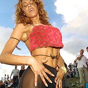Nederland Spaarnwoude 4 augustus 2001 20010804 Foto: David Rozing .Dansend publiek op de 7e editie van Dancevalley.Foto David Rozing