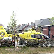 NLD/Huizen/20070425 - Ernstig ongeval met beknelling de Haar - Huizermaatweg Huizen, fietser onder vrachtwagen, traumahelicopter vertrekt weer