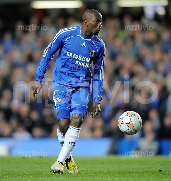 Fussball  Champions League   Viertelfinale   Saison 2007/2008     08.04.2008 FC Chelsea London - Fenerbahce Istanbul                        Claude Makalele (Chelsea) am Ball