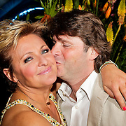 NLD/Noordwijk/20100502 - Gerard Joling 50ste verjaardag, Caroline Tensen en partner Peter Gallas kussend