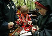 Svizzera, asilo nel bosco, Zurigo. i bambini prendono dimestichezza con coltelli e altri strumenti , anche per sbucciarsi la frutta...... Switzerland, Zurich, every day the children leave the kindergarten and walk for more than one Kilometre, in order to continue the day in the wood..children are allowed to use knifes..
