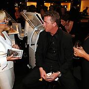 NLD/Amsterdam/20051208 - Miljonairfair 2005, Dave Heijnerman en partner Caroline Staat kopen schoonheidsproducten