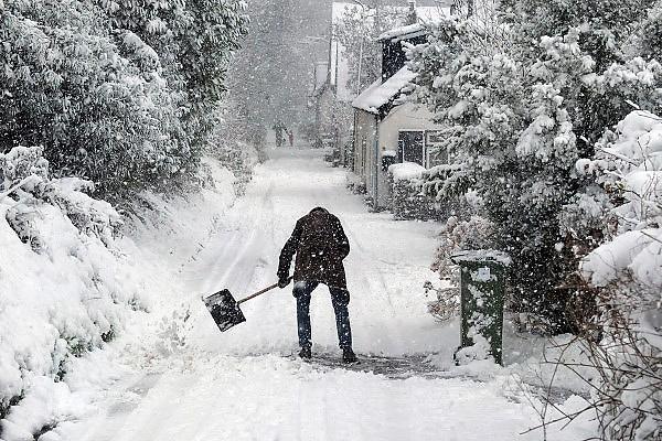 Nederland, Ubbergen, 7-12-2012Soms lijkt het onbegonnen werk om de stoep of straat bij je huis vrij te maken van sneeuw.Foto: Flip Franssen/Hollandse Hoogte