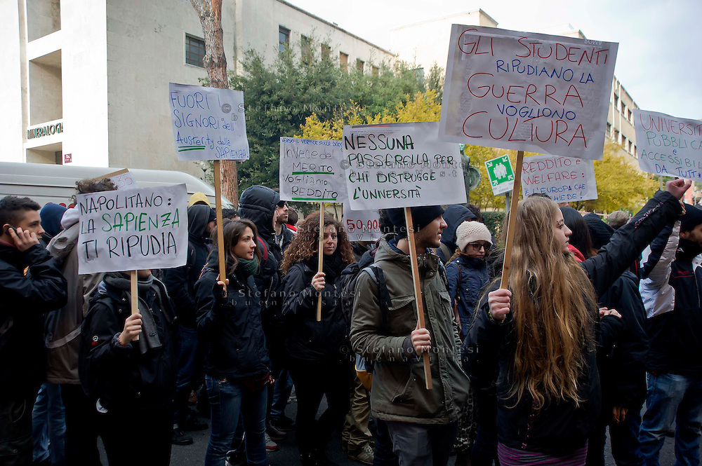 Roma 12  Dicembre 2013<br /> Gli studenti dell 'Università La Sapienza hanno protestato davanti al rettorato , in occasione del convegno sulla green economy, cui prendevano parte numerosi ministri del governo Letta. Dopo il lancio di fumogeni e bombe carta la polizia  a caricato i studenti.<br /> Rome December 12, 2013<br /> Students of the La Sapienza University have protested in front of the rectory, on the occasion of the conference on green economy, which took part in a number of government ministers Letta. After throwing paper bombs and smoke bombs,  the police charged the students.