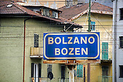 Italie, Bolzano, 8-3-2008..Op het station van de stad. Bolzano, Bozen, is na de eerste wereldoorlog bij Italië gevoegd en is tweetalig. De bevolking is sterk gericht op Oostenrijk...Foto: Flip Franssen