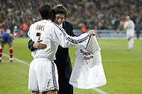 Fotball<br /> Real Madrid Feature<br /> Foto: imago/Digitalsport<br /> NORWAY ONLY<br /> <br /> 03.12.2003  <br /> Ivan Zamorano (re., Chile) bekommt zum Karriereende von Raul Gonzalez (Real Madrid) ein Trikot zur Erinnerung an seine Zeiten bei den Königlichen überreich
