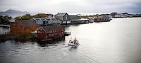SVOLVÆR 20081013; Bilde fra Lofoten. Natur, hav, bølger, båter, havnebasseng og bygninger.  Fiskebåt på vei inn til Svolvær.  FOTO: TOM HANSEN