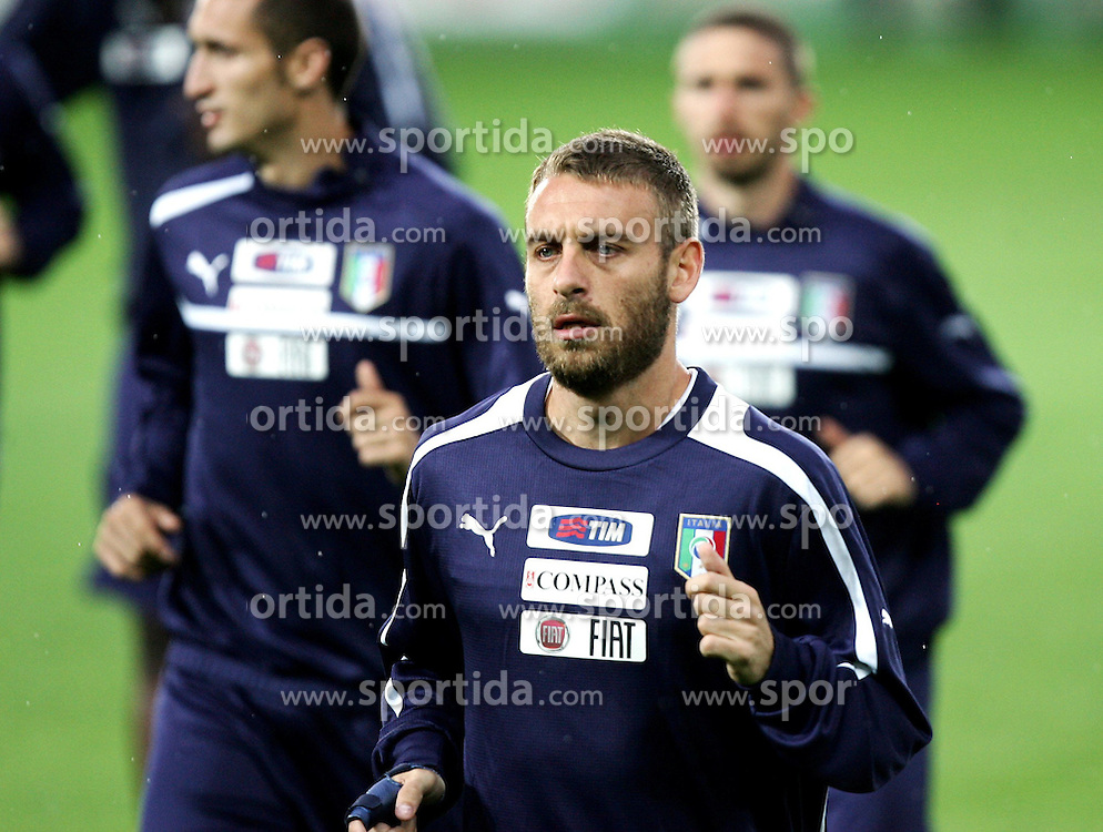 05.06.2012, Jozef Pilsudski Stadion, Krakau, POL, UEFA EURO 2012, Italien, Training, im Bild DANIELE DE ROSSI // during EURO 2012 Trainingssession of Italy Nationalteam, at the Jozef Pilsudski Stadium, Krakau, Poland on 2012/06/05. EXPA Pictures © 2012, PhotoCredit: EXPA/ Newspix/ Michael Nowak..***** ATTENTION - for AUT, SLO, CRO, SRB, SUI and SWE only *****