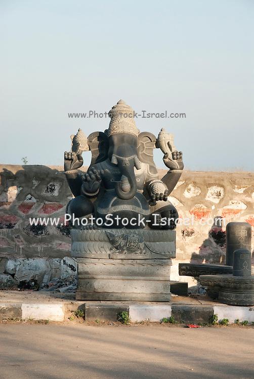 India, Tamil Nadu, Mahabalipuram stone sculpture at work