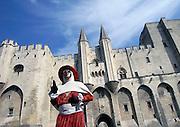 Frankrijk, Avignon, 23-8-2006     Het middeleeuwse paleis van de paus, chateau du pape.Een acteur beeld een edelman uit die tijd uit.Foto: Flip Franssen/Hollandse Hoogte