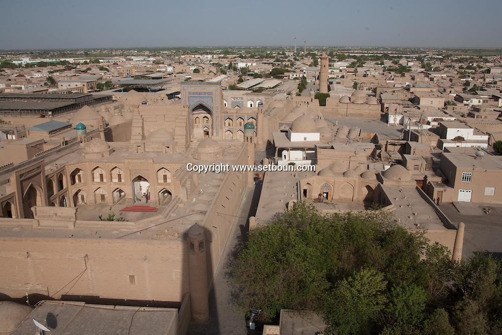 general view inside the walls of the old city . mosques, merdessa, palace, minarets  KHIVA  Ouzbekistan  .///.vue generale sur la vielle ville a l interieur des remparts. mosquees , Madrassa, minaret, palaces  KHIVA  Ouzbekistan .///.OUZB56301