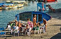 Les plages napolitaines sont toutes privees et hors de prix.<br /> Les napolitains sont contraints de se baigner au milieu des bateaux<br /> <br /> Naples fut d'abord fondee au cours du viiesiecle avant notre ere sous le nom de Parthenope par la colonie grecque de Cumes. <br /> Ce premier etablissement fut appele Palaiopolis (la ville ancienne). <br /> Lorsqu'une seconde ville fut fondee vers 500 avant notre ere par de nouveaux colons, cette nouvelle fondation fut appelee Neapolis (nouvelle ville).<br /> Alliee de Rome au ivesiecle av.J.-C., la ville conserve longtemps sa culture grecque et restera la ville la plus peuplee de la botte italique et sans aucun doute sa veritable capitale culturelle.<br /> Elle remplaça Capoue comme capitale de la Campanie apres la bataille de Zama, a la suite de la confiscation de citoyennete et des territoires de cette derniere, par son alliance avec Hannibal avant la bataille de Cannes.<br /> Naples possede ainsi l'une des plus grandes concentrations au monde de ressources culturelles et de monuments historiques, jalonnant 2800 ans d'histoire. <br /> Dans le centre historique, inscrit sur la liste du patrimoine mondial de l'Unesco, se rencontrent notamment 448 eglises historiques ainsi que d'innombrables palais historiques, fontaines, vestiges antiques, villas, residences royales.