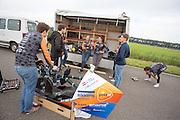 Het team bespreekt de rolverdeling, terwijl Jan Bos zich opwarmt. In Delft test het Human Power Team de VeloX 6, de nieuwe aerodynamische fiets, op de RDW baan. In september wil het Human Power Team Delft en Amsterdam, dat bestaat uit studenten van de TU Delft en de VU Amsterdam, tijdens de World Human Powered Speed Challenge in Nevada een poging doen het wereldrecord snelfietsen te verbreken. Het record is met 139,45 km/h sinds 2015 in handen van de Canadees Todd Reichert.<br /> <br /> With the special recumbent bike the Human Power Team Delft and Amsterdam, consisting of students of the TU Delft and the VU Amsterdam, also wants to set a new world record cycling in September at the World Human Powered Speed Challenge in Nevada. The current speed record is 139,45 km/h, set in 2015 by Todd Reichert.