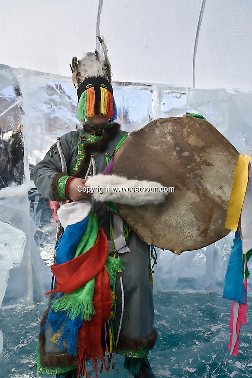 Mongolia. Shaman worshipping to queen lake ( huvsgul lake ) and king saridag (great horidol saridag moutain) during the Ice festival on the frozen Khuvsgul lake. - siberia border - for the mongol new year ,  tsagaan sar, in the cold winter   Khuvsgul province -   / Ceremonie chamanique./ Festival des glaces  sur le lac gelé de Khovsgol - frontiere siberienne-  pour Tsagan sar; le nouvel an mongol, en hivoir dans le froid   Khovgul  - Mongolie / L0055881