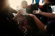 Dans le bus qui les ramene du Consulat americain, Peggy (46 ans, vient de Floride) a'appprete a prendre dans ses bras Bridget, sa fille adoptive de 1 an. c'est la premiere adoption de Peggy qui a ne voulait pas etre enceinte a 46 ans.