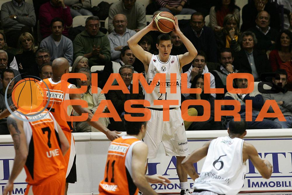 DESCRIZIONE : Bologna Lega A1 2007-08 La Fortezza Virtus Bologna Snaidero Udine<br /> GIOCATORE : Donnie Mc Grath<br /> SQUADRA : La Fortezza Virtus Bologna <br /> EVENTO : Campionato Lega A1 2007-2008 <br /> GARA : La Fortezza Virtus Bologna Snaidero Udine<br /> DATA : 18/11/2007 <br /> CATEGORIA : Passaggio<br /> SPORT : Pallacanestro <br /> AUTORE : Agenzia Ciamillo-Castoria/M.Minarelli