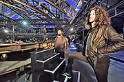 Nederland, the Netherlands, Nijmegen, 14-11-2017Voorbereidingen van de concertreeks die De Staat geeft op het Vasim terrein. Opbouw van podium en lichtinstallatie. Het optreden vindt plaats in eengrote tent van de Markies, en het podium is rond en kan draaien. De drummer (rechts) en toetsenist nemen een kijkje.Foto: Flip Franssen