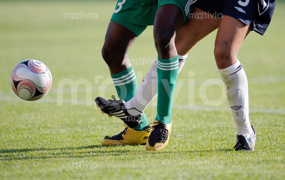 Fussball Frauen FIFA U 20  Weltmeisterschaft 2008    22.11.2008 Nigeria - England Feature Zweikampf.