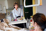 Nederland, Nijmegen, 15-6-2007Roomservice in het CWZ. Opo de afdeling oncologie van het canisius ziekenhuis kan men op elk moment eten laten komen. Dit om ervoor te zorgen dat de patient voldoende eet en niet verzwakt. Vaak heeft een patiënt op de standaard etenstijden geen trek, en mist daardoor het nodige voedsel.Foto: Flip Franssen
