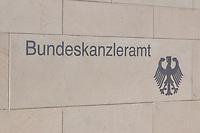 22 APR 2002, BERLIN/GERMANY:<br /> Schriftzug Bundeskanzleramt und Bundesadler in der hellen Steinmauer an der Zufahrt zum Kanzleramt<br /> IMAGE: 20020422-02-006<br /> KEYWORDS: Logo, Schild, sign, Eingang, Adler, Schrift